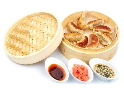 Дамплинги со свининой, креветкой и зеленым луком